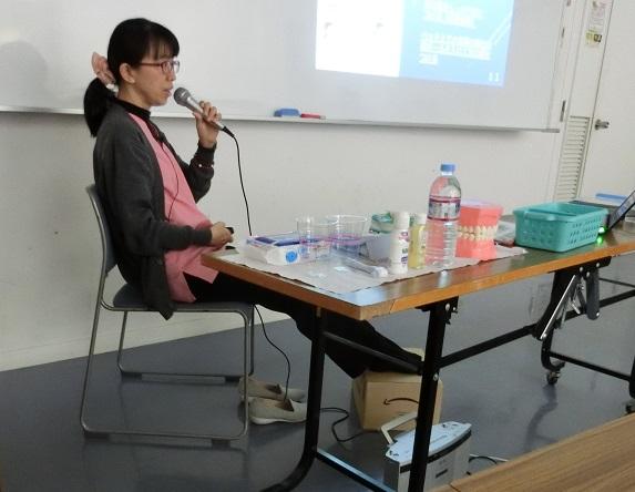 口腔ケアについてお話をしている西川先生